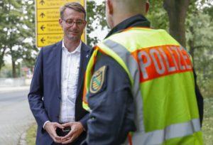 Ankunft des Innenministers am Grenzübergang an der Friedensstraße in Zittau zu Komplexkontrollen der Polizei Sachsen. Sachsens Innenminister Roland Wöller spricht mit Polizei an der Zittauer Grenze.