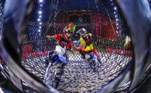 Circus Busch in Ebersbach, Akrobaten in der Motorradkugel. Victor und Robinson, aus kolumbien in der Motorradkugel.